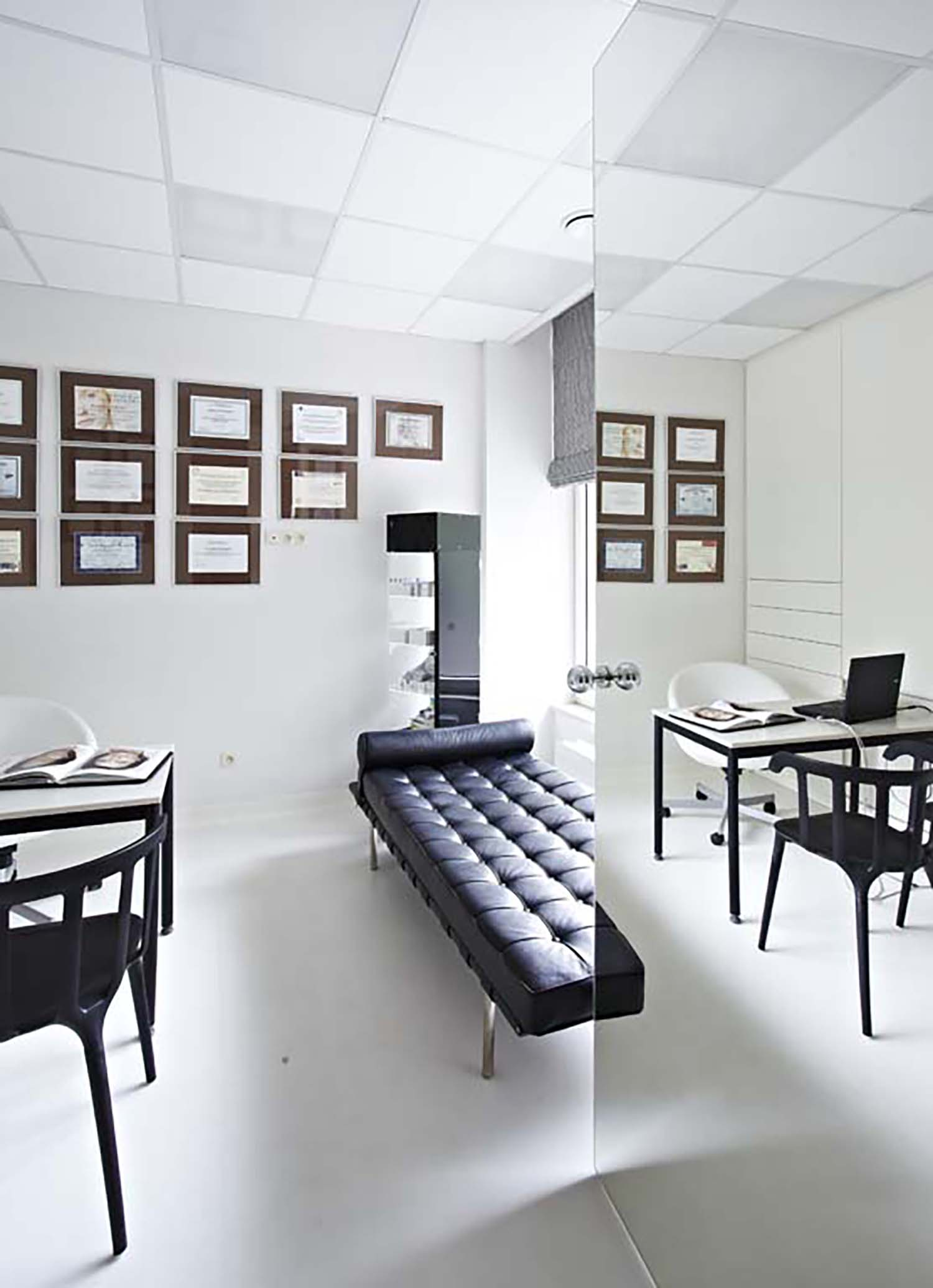 Eksluzywne biurka srebrny przedpokój aranżacje