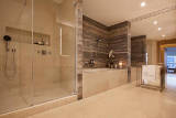 Kinkiety vs led, czyli jak oświetlić łazienkę?