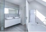Podświetlane lustro – dlaczego warto je mieć w swojej łazience?