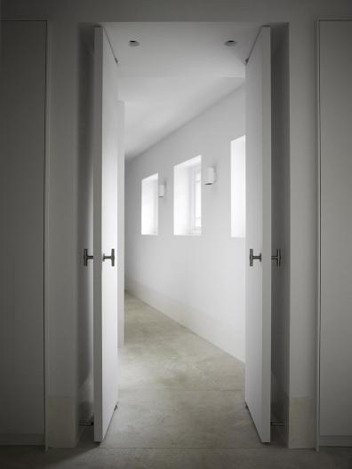 Skandynawski szafy białe hotel aranżacja