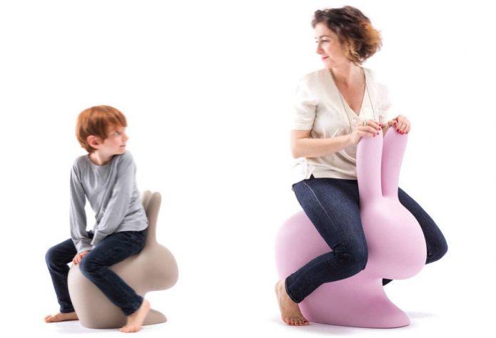 Nowoczene tapicerowane krzesła białe sypialnia aranżacja