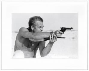 Fotografia Steve McQueen aiming pistol 95x75cm