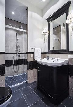 łazienka z kinkietami i lustrem dekoracyjnym