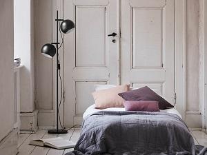 lampa podłogowa czarna w sypialni