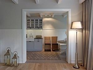 lampa podłogowa w pokoju