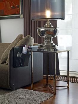 designerska lampa stołowa w salonie