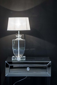 lampa na stoliku nocnym w sypialni