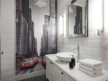 łazienka z nowoczesnym lustrem i fototapetą