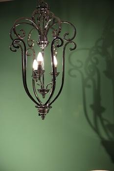 designerska lampa wisząca w salonie