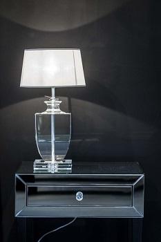 lampa stojąca na szafce nocnej w sypialni