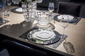 oświetlony stół w jadalni