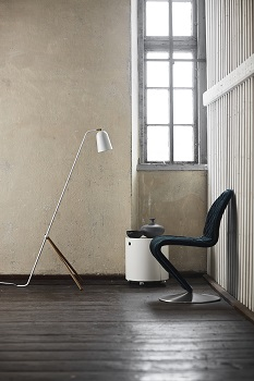 biała lampa podłogowa, która sprawdzi się w industrialnych wnętrzach