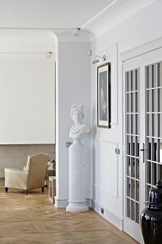 aranżacja ściany z wykorzystaniem kinkietu nad obraz