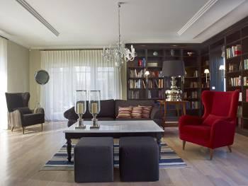 nowoczesny salon z kryształowym żyrandolem