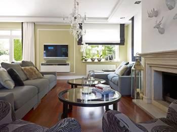 aranżacja nowoczesnego salonu z wykorzystaniem kryształowego żyrandola
