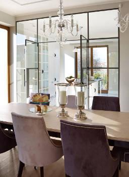 kryształowy żyrandol powieszony nad stołem w salonie