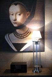 lampa z obrazem w tle