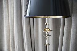 lampa z czarnym abażurem
